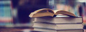 GOMIFES: imagem de alguns livros em cima de uma mesa