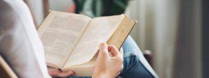 Repertório sociocultural: pessoa lendo um livro em ambiente descontraído.