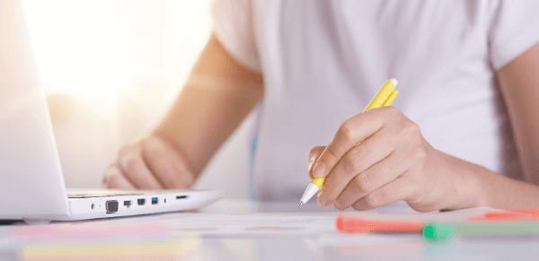 Regras de acentuação: imagem de uma pessoa escrevendo em uma folha.
